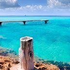 Die traumhafte Insel Tagomago ist nur über einen Bootssteg erreichbar