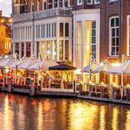 Restaurants am Kanal mit Abendbeleuchtung