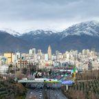 Teheran vor schneebedeckten Bergen