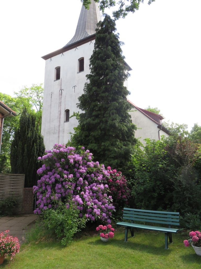 Wunderschöner Garten im Schatten des Kirchturms