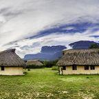 Traditionelle Hütten vor dem Auyan-Tepui