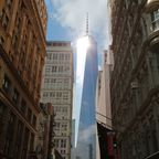 Das One World Trade Center von einer Straße Manhattans aus