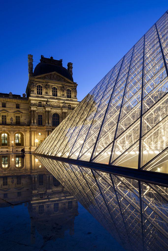 Glaspyramide im Innenhof des Louvre
