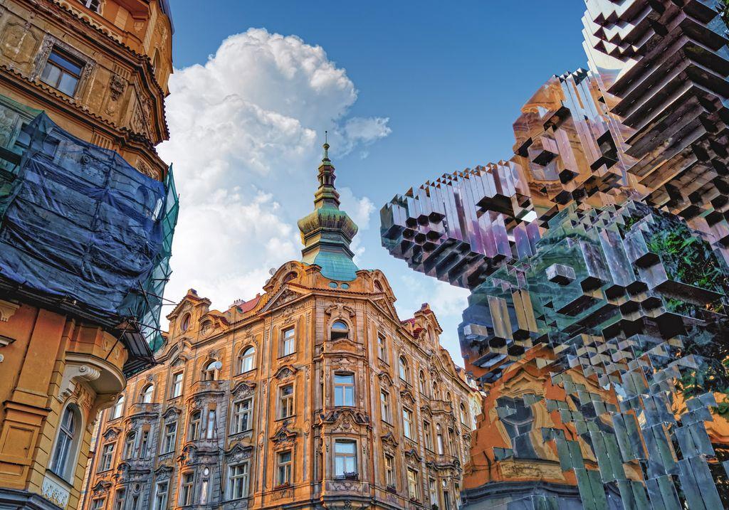 Stadtansicht von Prag mit David Cernys Skulptur