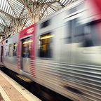 Ein ankommender Zug im Bahnhof Oriente