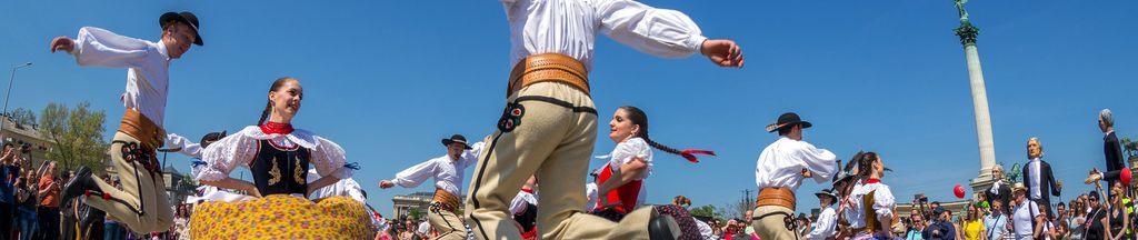 Folk-Tänzer in traditionellen Trachten auf der Frühlingsfeierparade am Heroes Square