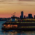Fähre vor der Freiheitsstatue auf Liberty Island