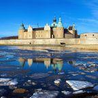 Das Schloss Kalmar vor halb zugefrorenem See