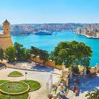 Die Terrasse von Herbert Ganado Gardens neben St Peter und Paul Counterguard mit Blick auf den Hafen von Valletta