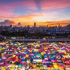 Nachtmarkt mit Blick auf die Skyline