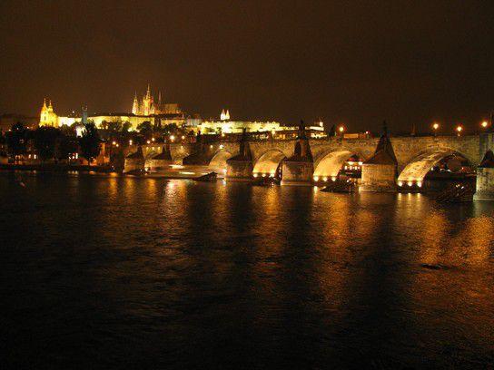 Karlsbrücke und Prager Burg nachts