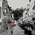 ein roter Schirm gegen das triste Wetter