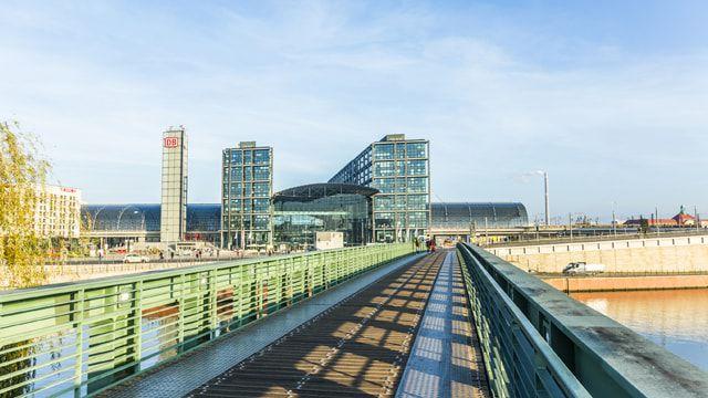 Der Berliner Hauptbahnhof mit Blick über die Spree