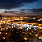 """Der """"Djemaa el Fna""""-Platz wird abends zum Treffpunkt für Tänzer, Magier, Schlangenbeschwörer und Händler"""