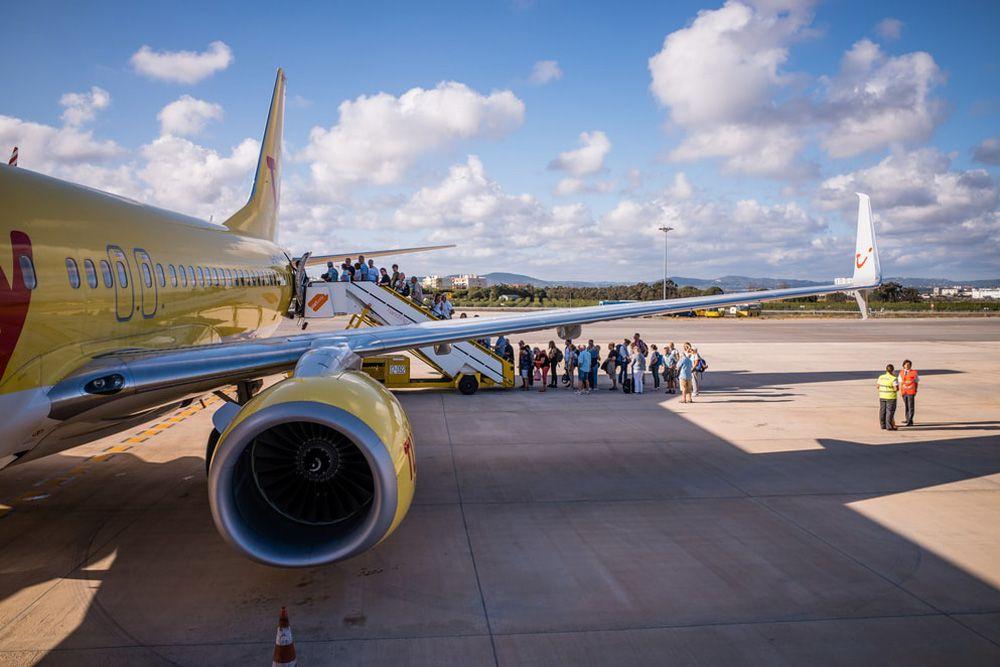 Passagiere beim Einsteigen am Flughafen in Faro