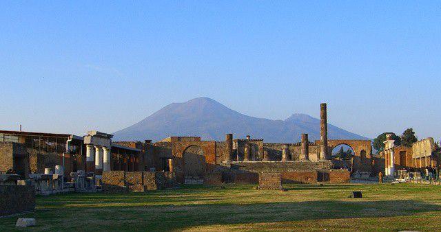 Ruinene vorne, der Vesuv hinten.jpg