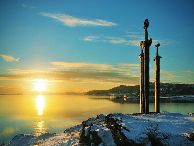 Sicht auf den Sonnenuntergang vom Sverd i fjell in Stavanger, Norwegen