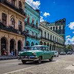 Oldtimer gehören zu den typische Straßenszenen in Havana, Kuba