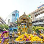 Der Erawan-Schrein befindet sich umgeben von Hochhäusern mitten in Bangkok