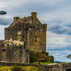 Flugzeug über Eilean Donan Castle