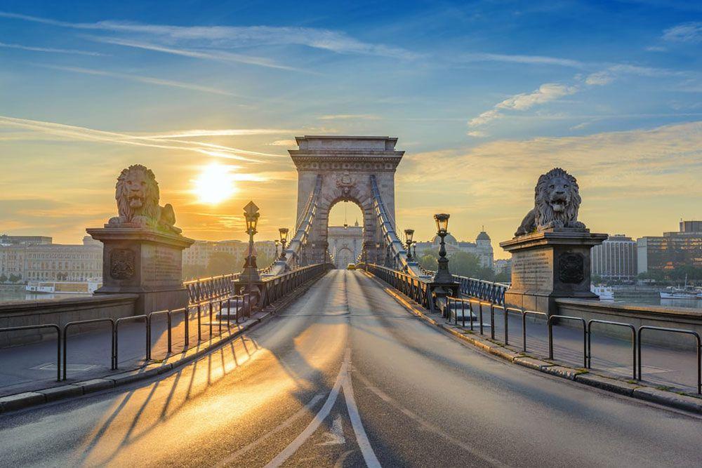 Sonnenaufgang an der Hängebrücke in Budapest