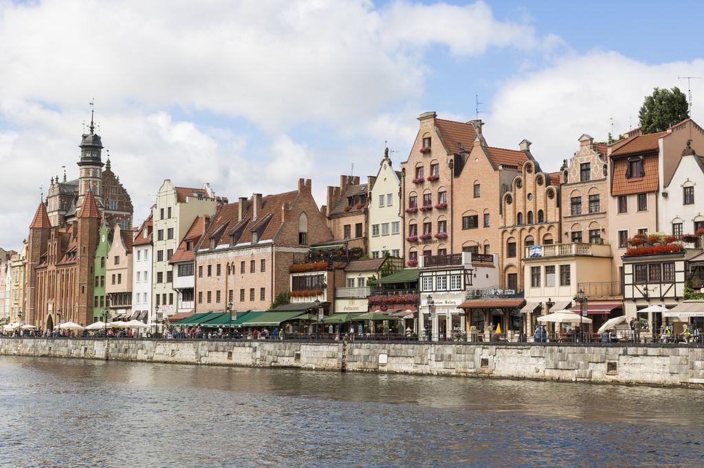 Historische Gebäude reihen sich am Ufer der Mottlau in Danzig aneinander