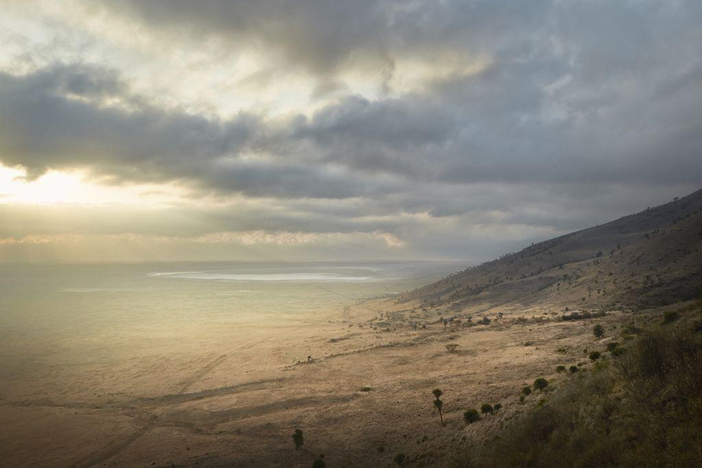 Blick in den Ngorongoro Krater während der Trockenzeit