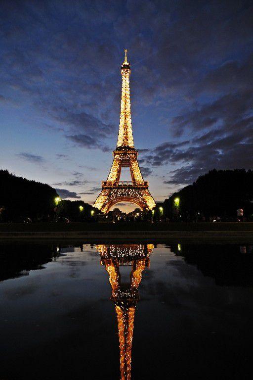 Eiffelturm bei Dämmerung