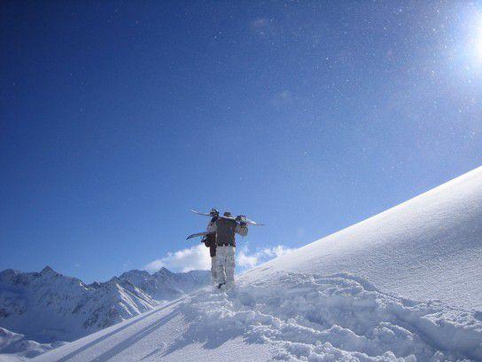 Mit dem Snowboard auf den Berg