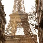 Der Eiffelturm zwischen Häusern