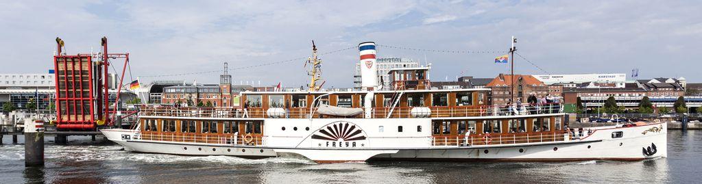 Historisches Ausflugsschiff im Kieler Hafen