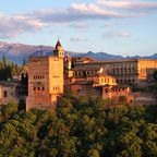 In der Alhambra können Verliebte durch malerische Gärten wandeln