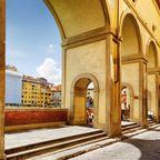 Blick auf Corridoio Vasariano, einem architektonischen Highlight in Florenz, Toskana.