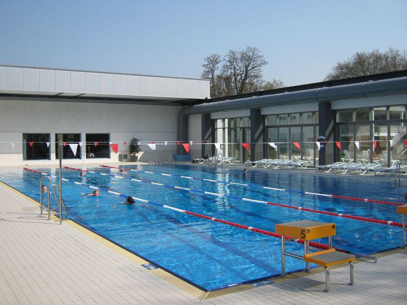 Mit einem Cabrio-Dach ist Schwimmen draußen in Neuss auch im Winter möglich.