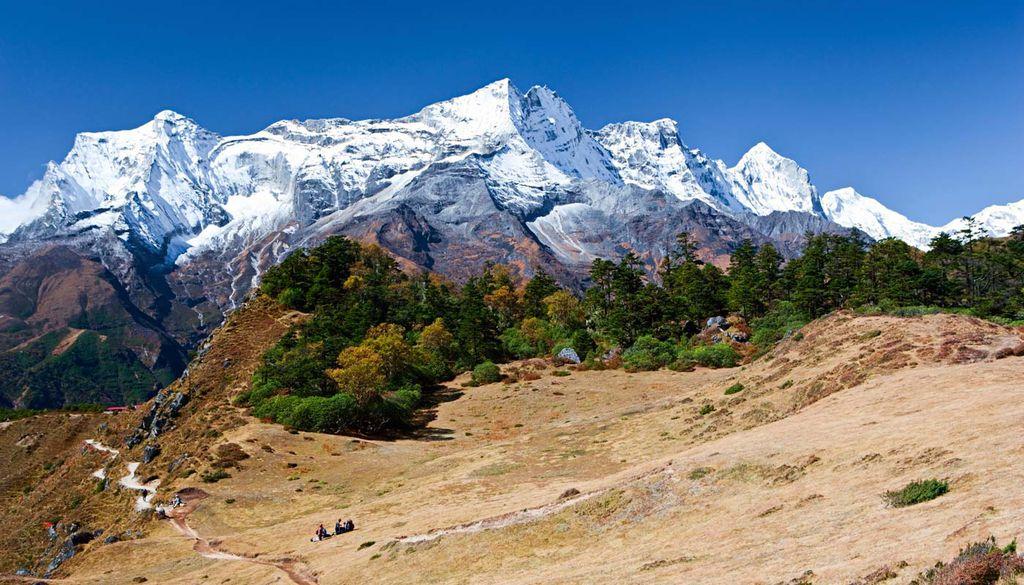 Trekking und Feiern - beides ist im März in Nepal möglich.