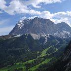 Auf der Zugspitze bietet sich ein beeindruckendes Berpanorama für Wanderer.
