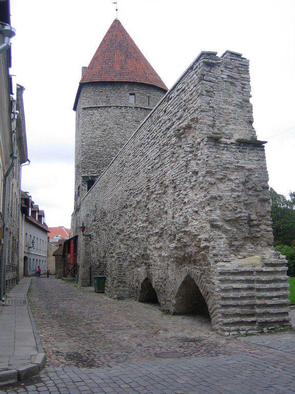 Baltikum, Estland, Tallin, Teil der Stadtmauer, 2006.jpg