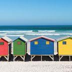 Bunte Hütten am Muizenberg Strand in Kapstadt