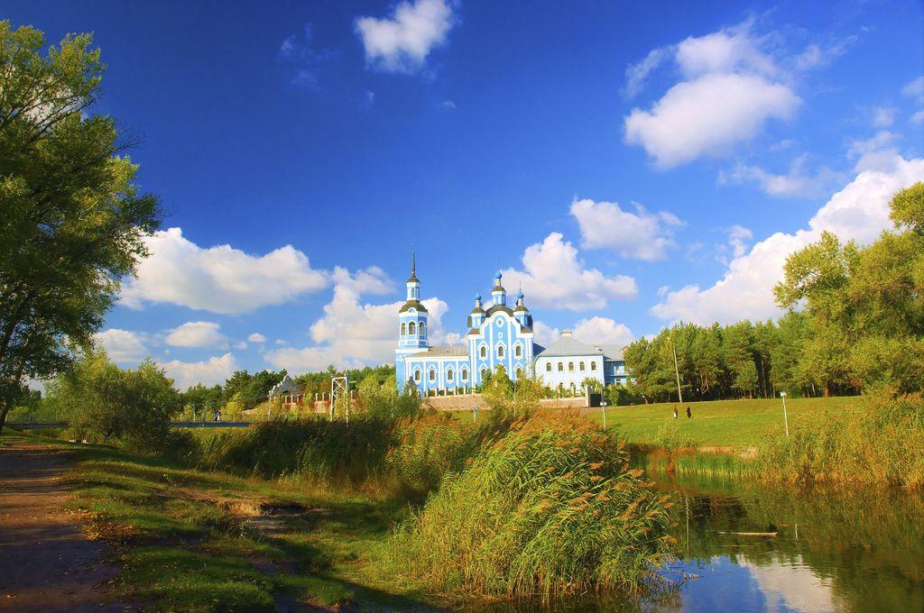 Kirche und See in der Ukraine