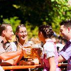 Gesellige Runde in einem typisch bayrischen Biergarten
