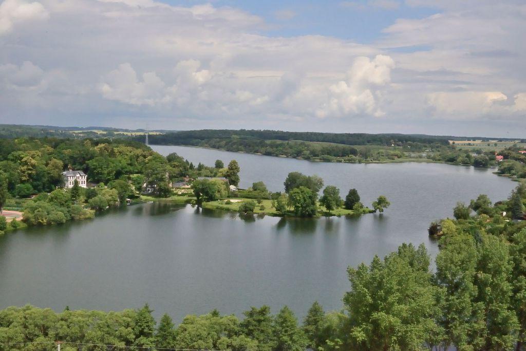 Wasser, soweit das Auge reicht an der Mecklenburgischen Seenplatte