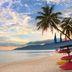 Palmen und Boote am Strand auf Pulau Tioman