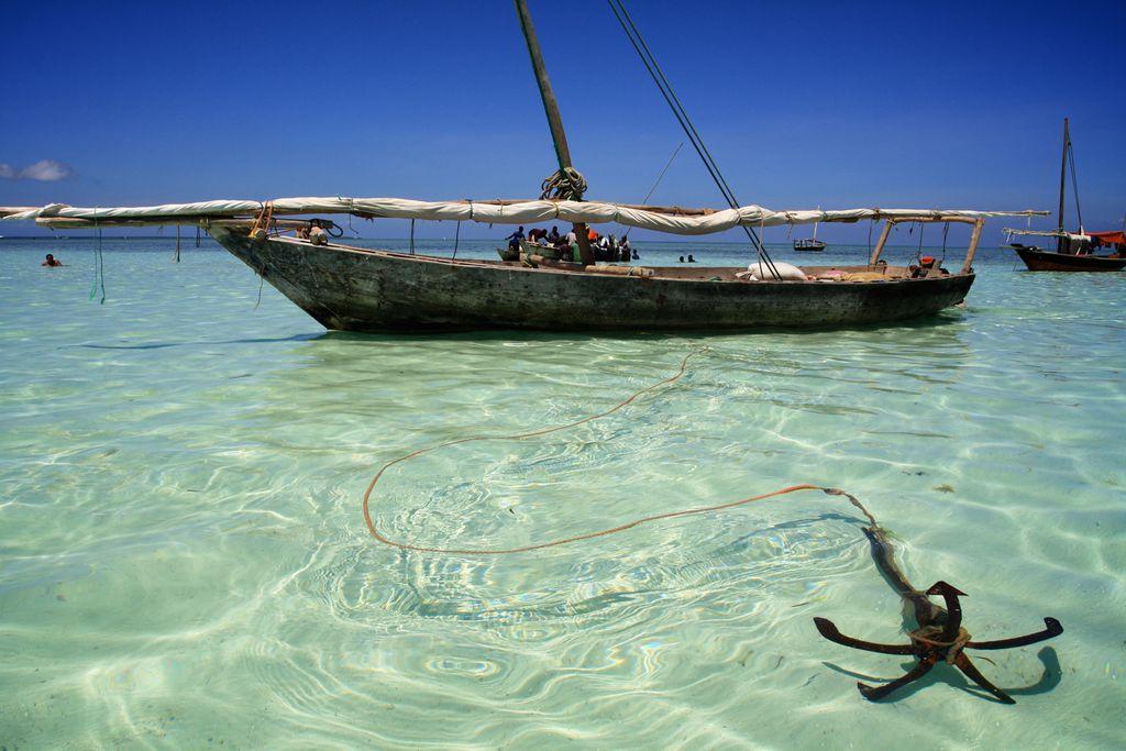 Ankerndes Fischerboot auf Sansibar