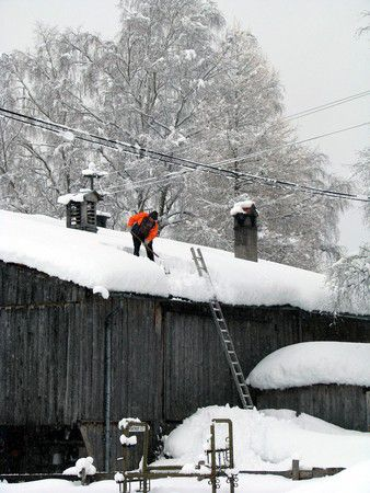 Schneeschippen auf dem Dach