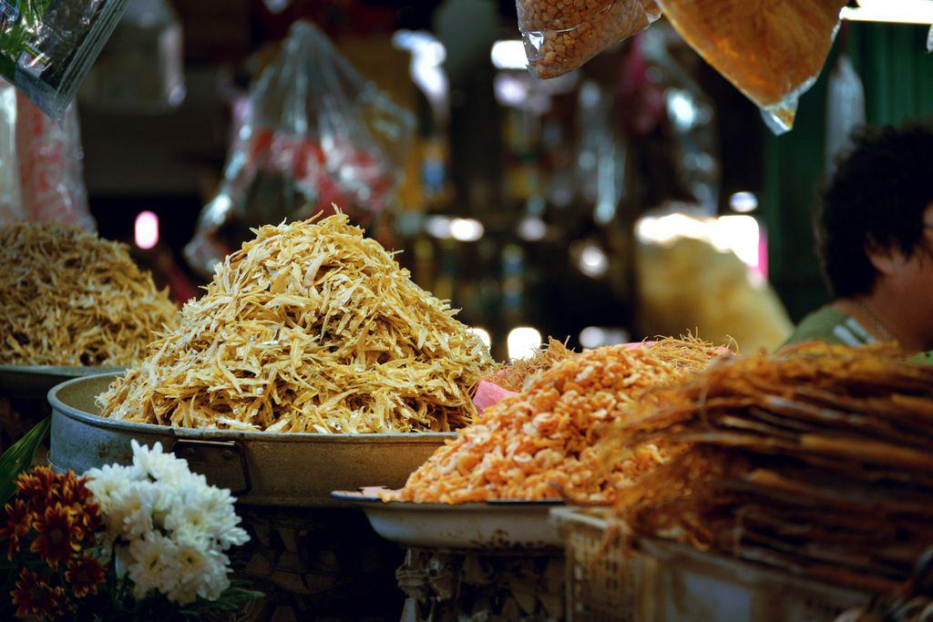 Getrockneter Fisch und Garnelen auf dem Markt