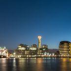 Die Londoner Tower Bridge in der Abenddämmerung