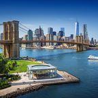 Die Brooklyn Bridge führt über den East River nach Manhattan