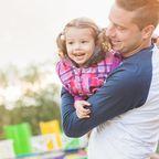 Vater und Tochter in einem Vergnügungspark