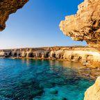 Meereshöhlen bei Ayia Napa an der Küste Zyperns