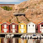 Steg mit buten Häusern an der Westküste Schwedens